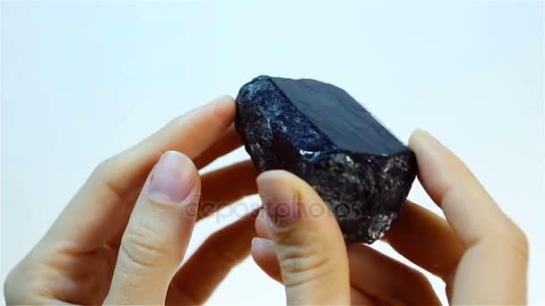 Šungit je černé, lesklé, nekrystalické chemický. Klenotník drží Šungit