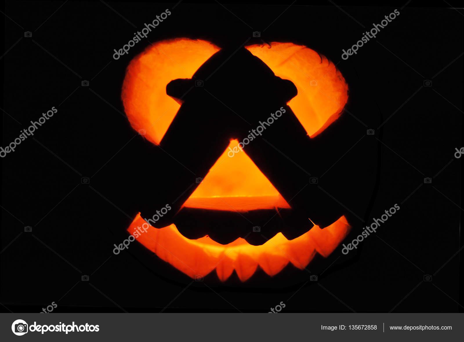 Zucca di halloween con la candela di illuminazione u foto stock