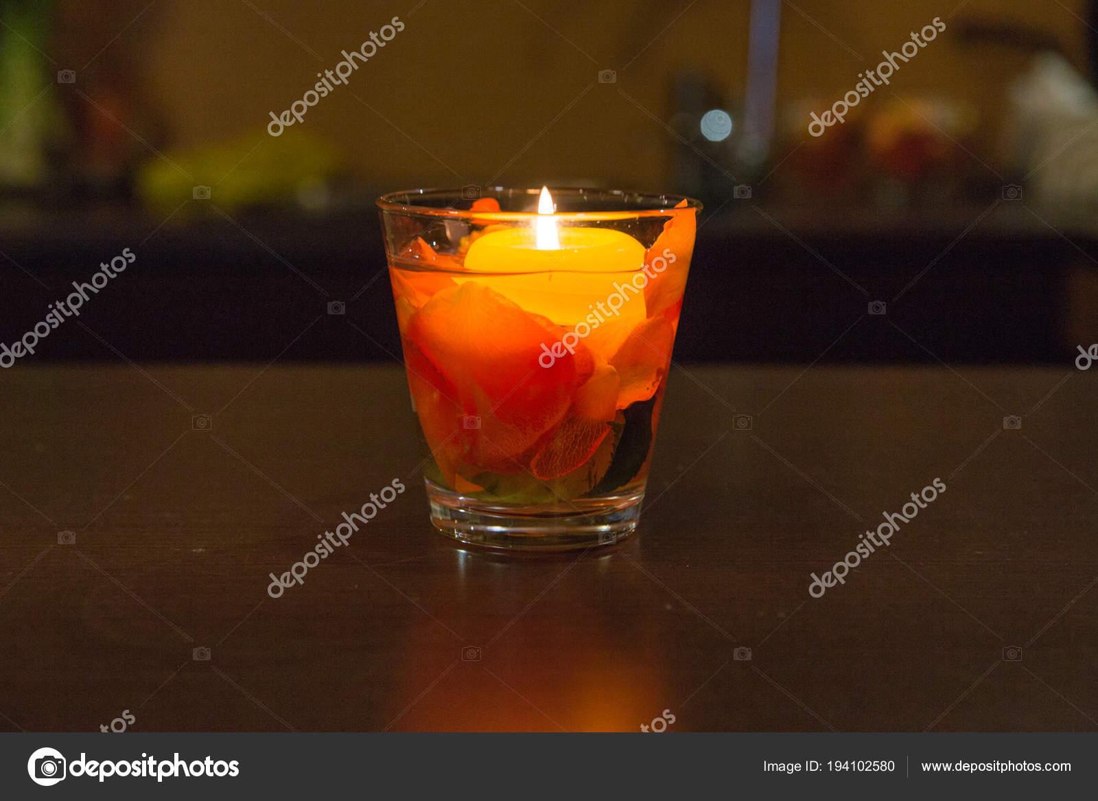 Licht Roze Kaarsen : Kaarsen licht en roze bladeren binnen in glazen kom u stockfoto