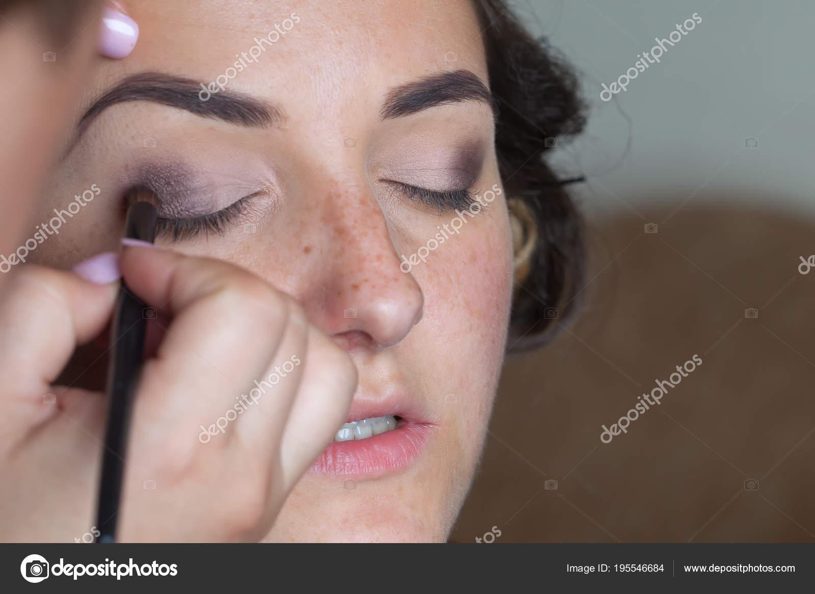 3117d03cf53c0e Весільний макіяж художник, складаючи зробити для нареченої — стокове фото