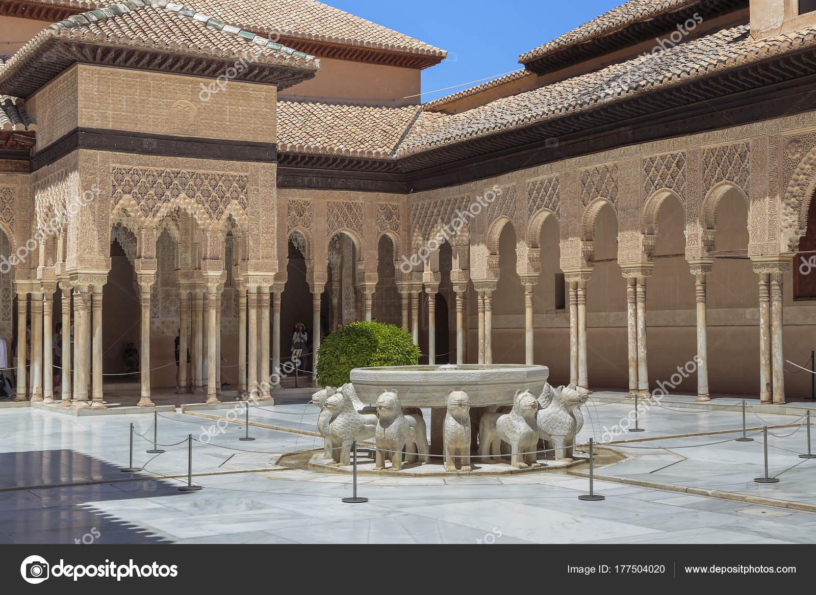 Patio De Los Leones En Ingles Alhambra De Granada Espana Palacio