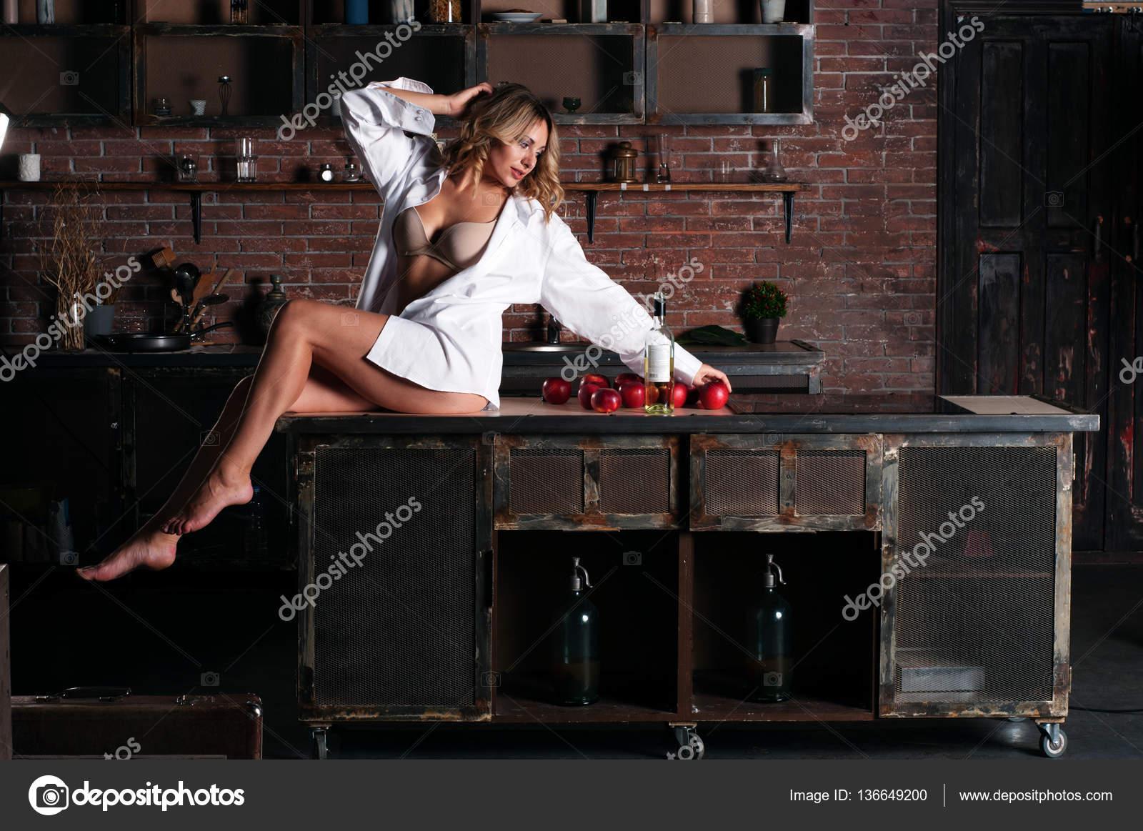 Блондинку прямо на столе фото 588-765