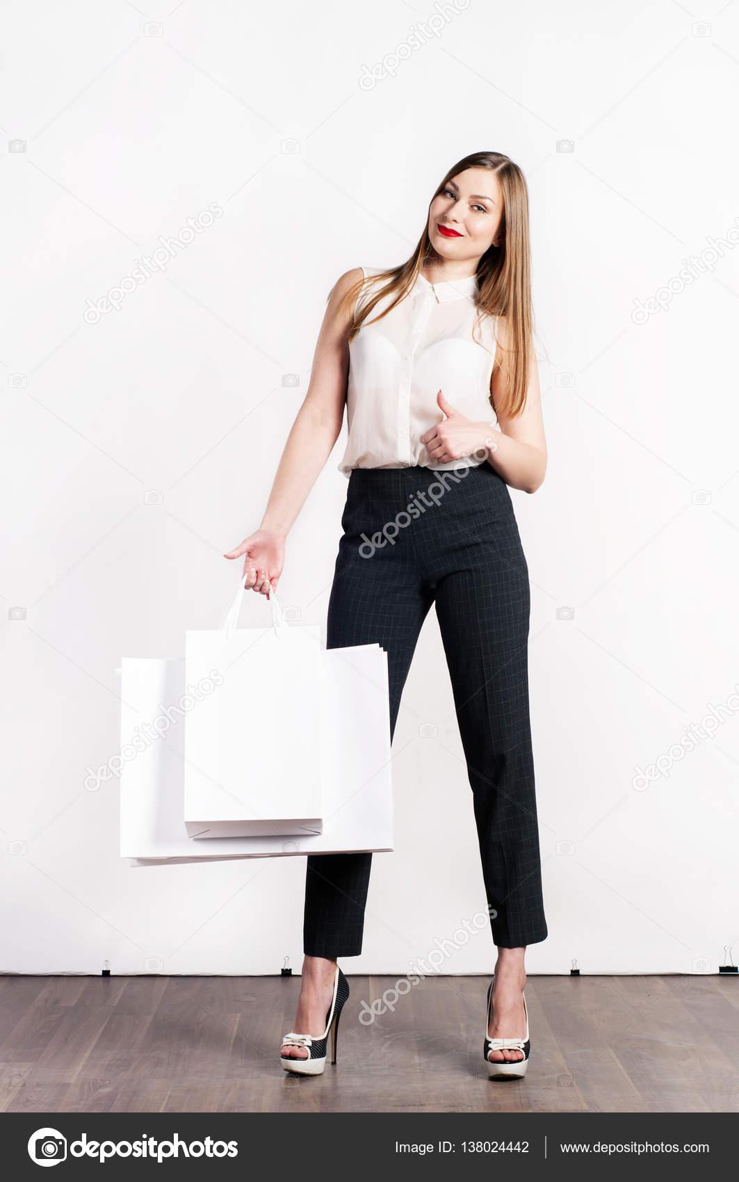 bc700a9d3321c8 Schöne junge Frau (Mädchen) mit lange hellbraune Haare in eine weiße Bluse  gerade stehend
