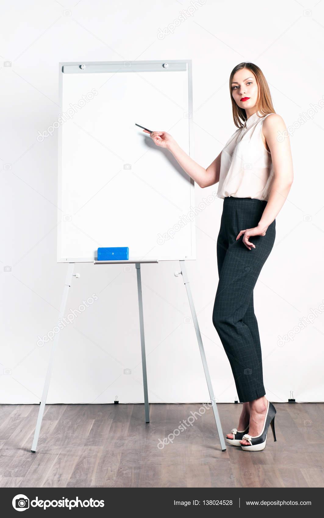 682948ed336702 Schöne junge Frau (Mädchen) mit langen Haaren in eine weiße Bluse und  kurzen Hosen stehen neben einem Flip-Chart und zeigt der Zeiger auf der  Flip-Chart.