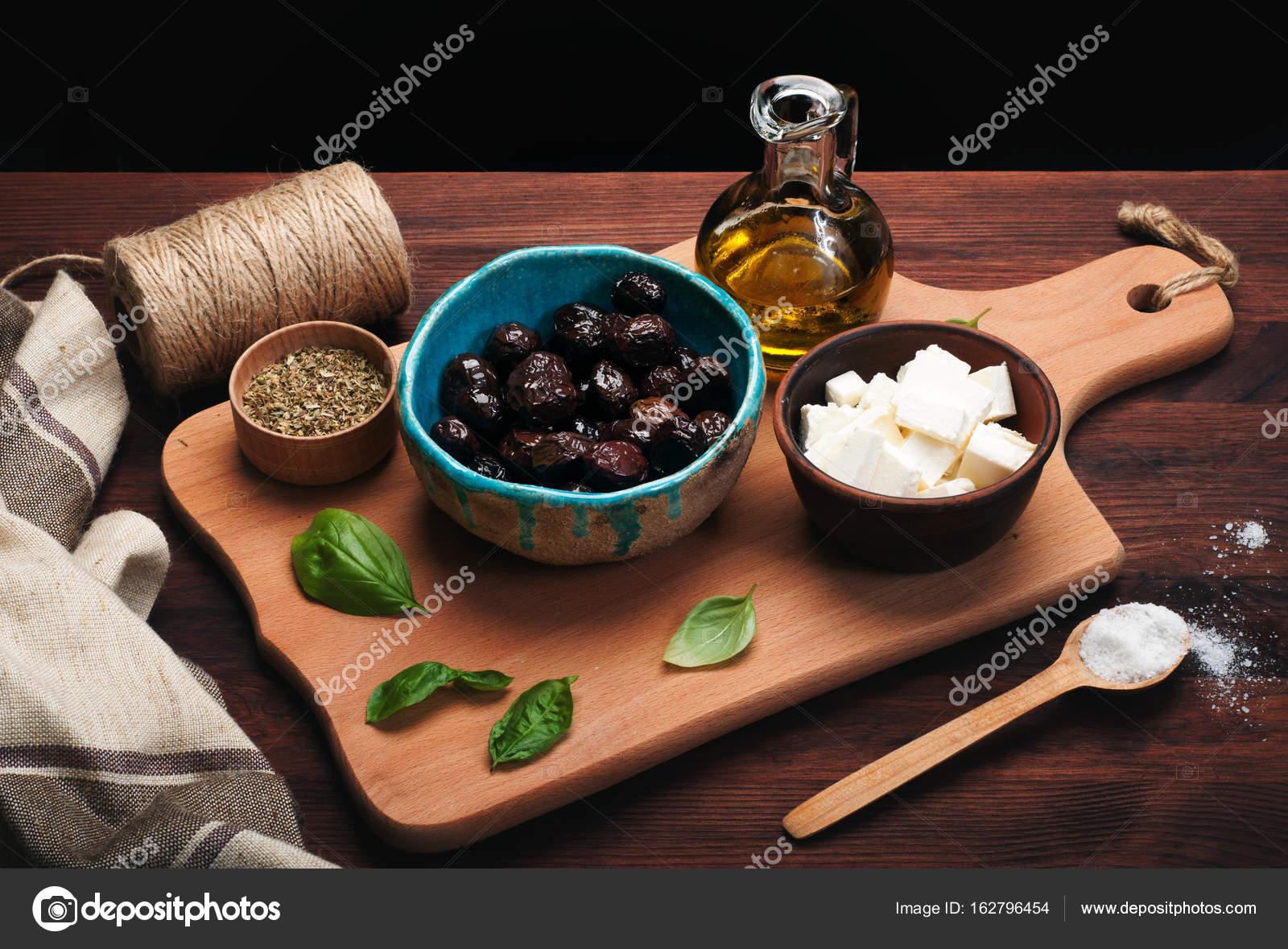 Produkty Kuchni śródziemnomorskiej Suszone Oliwki W Misce