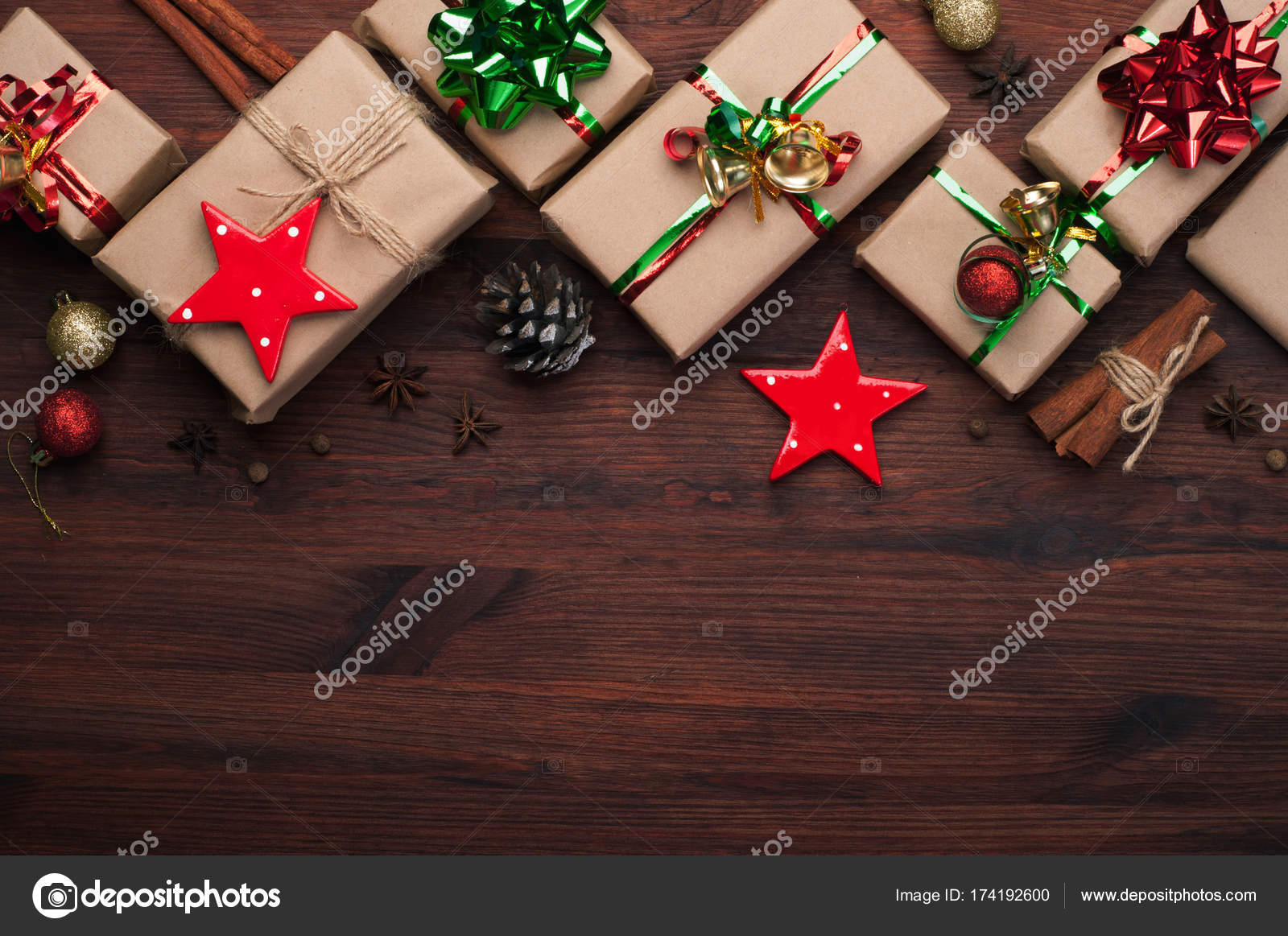 Boxen mit Weihnachtsgeschenke auf braunem Hintergrund aus Holz. Neue ...
