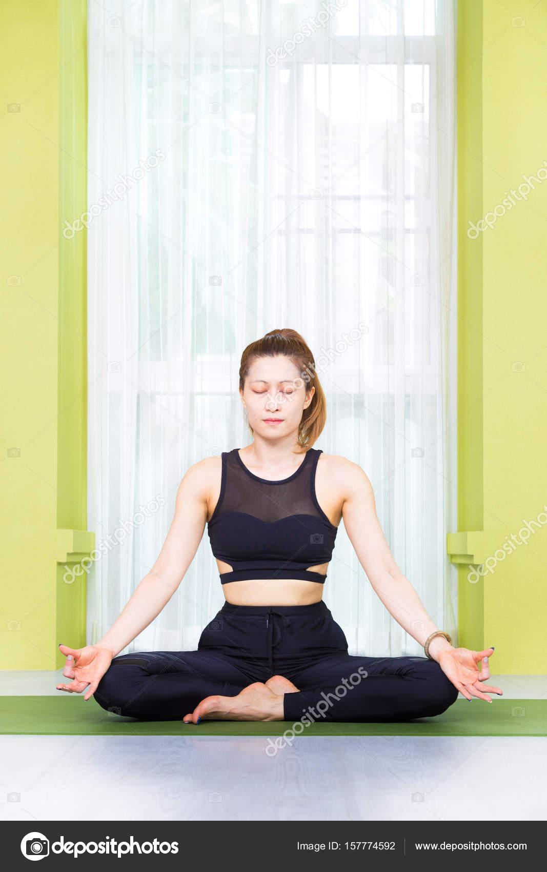 b81ad7ce4367 Giovane donna asiatica felice attraente in attrezzatura nera pratica ha–  immagine stock