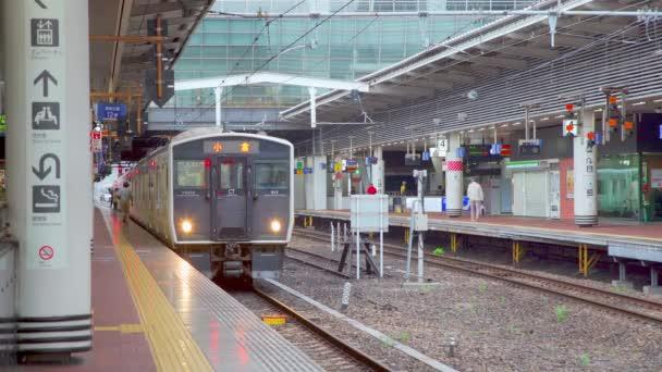 Fukuoka, Japonsko - 13. července 2019 - Vlaky přijíždějí na nádraží ve Fukuoka, Japonsko 13. července 2019