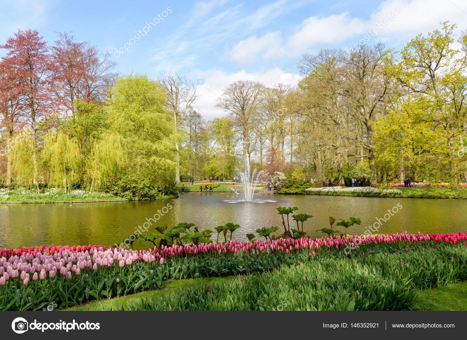 I viali e le piazze trasformati in giardini colori profumi e
