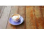 Káva cappuccino v poháru na dřevěnou podlahu, izolovaný a Ořezová cesta