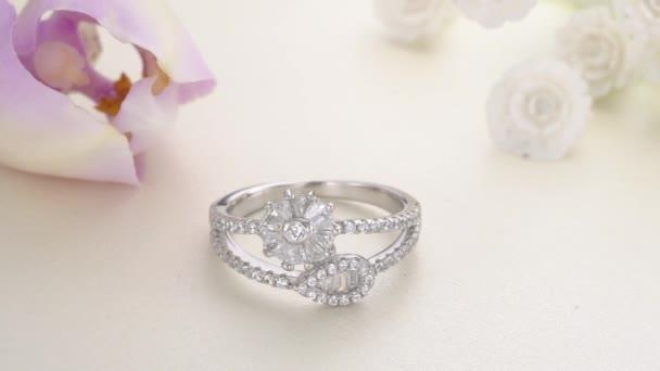 Krásný bílý zlatý diamantový prsten dlážděný kameny