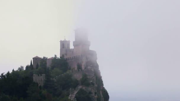 Středověký hrad San Marino v mracích