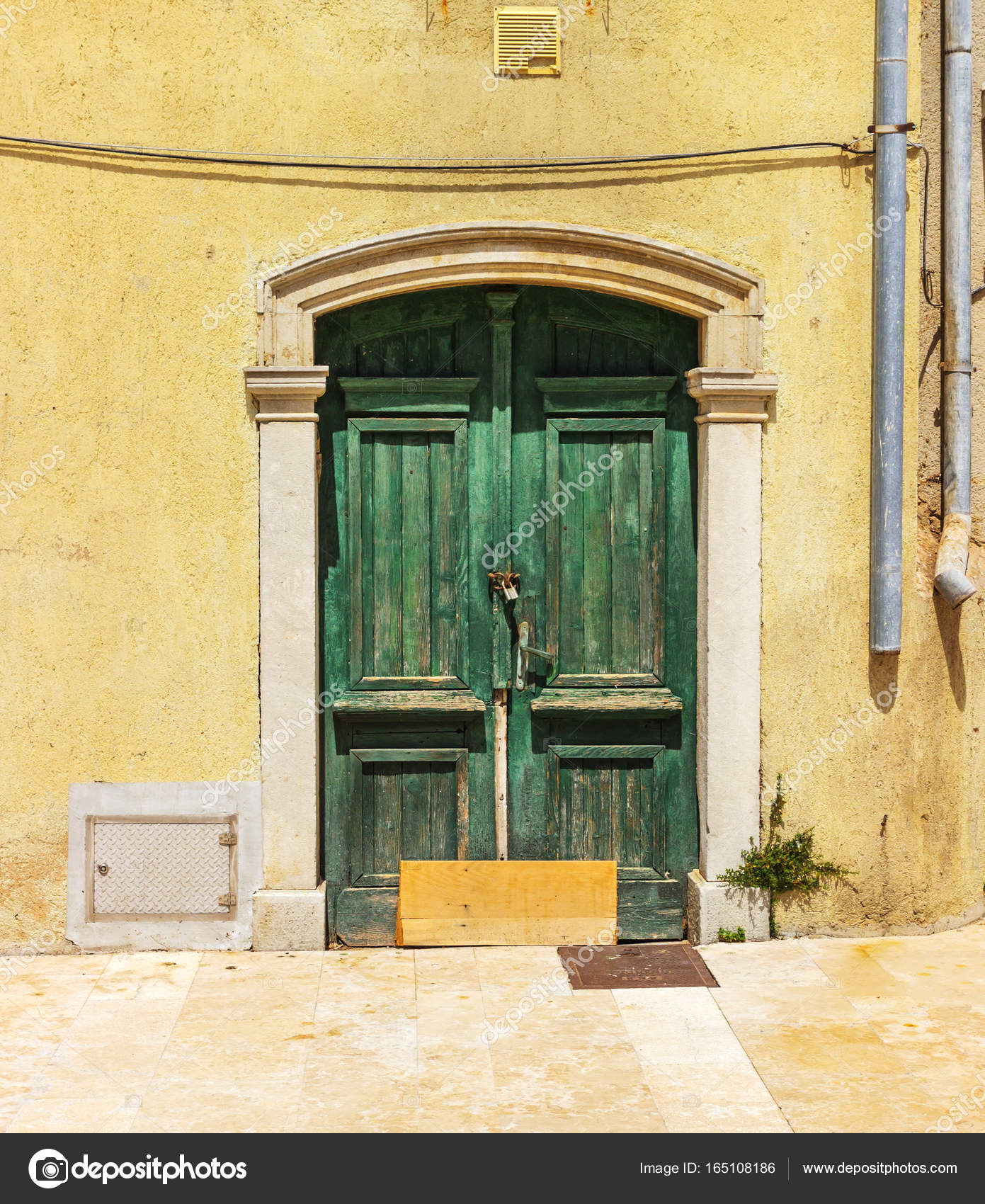 Puerta rota de casa antigua puerta de entrada rota a una for Puertas blindadas antigua casa gutierrez