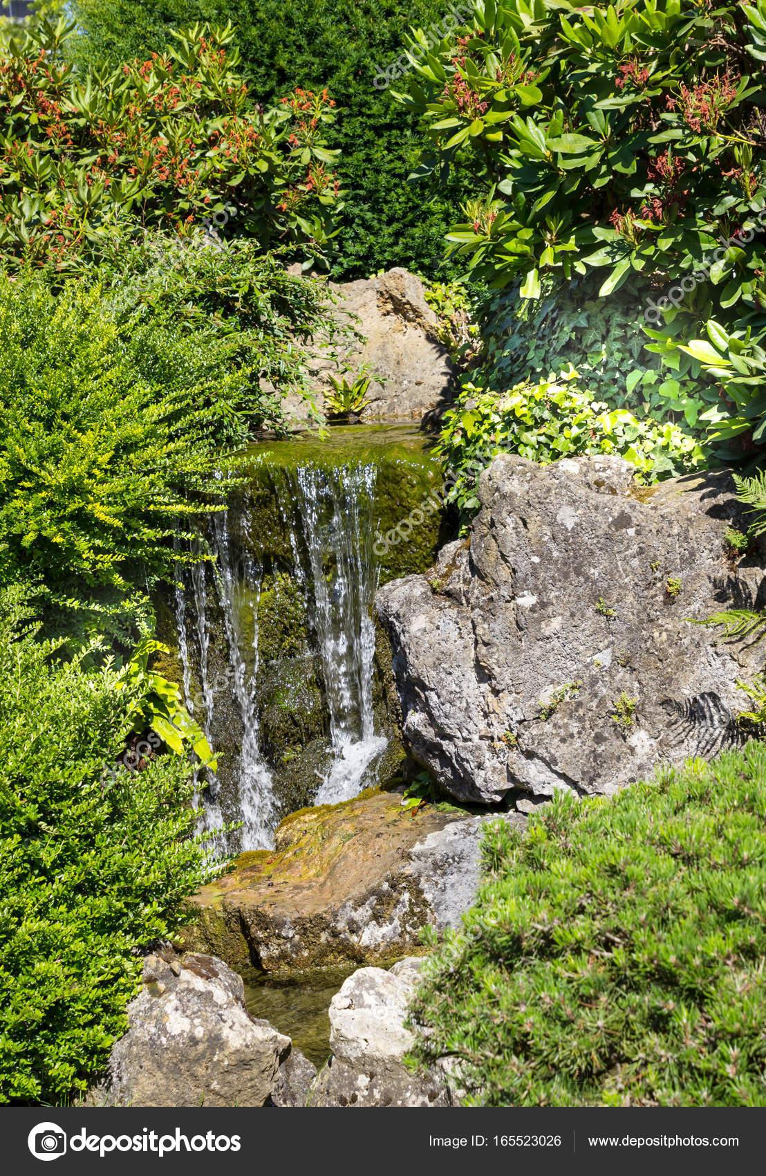 Kleiner Wasserfall in den japanischen Garten — Stockfoto © simm49 ...