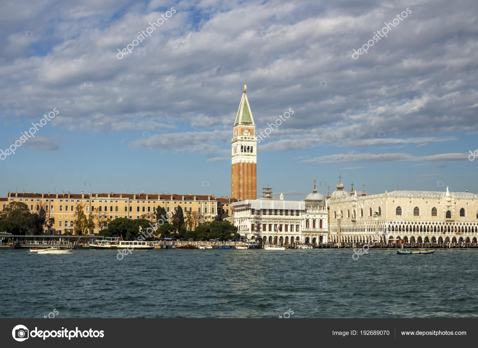 Vista costera Campanile de St Mark (campanario) en Venecia, Ital ...