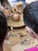Fotografie Master potter creating a clay jar or jar observed by children. Jimenez de Jamuz