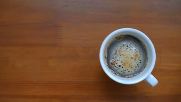 Pohled shora šálek kávy.
