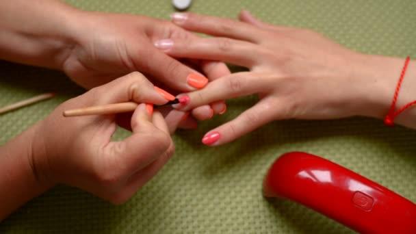 Červená manikúra nehty.