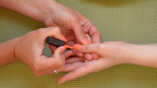 Narancssárga manikűr körömlakk.