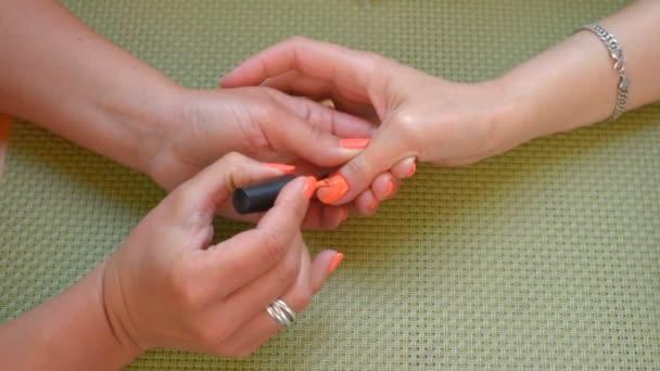 Oranžová manikúra nehty.