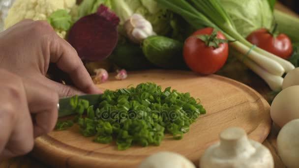 Kochen. grüne Zwiebeln schneiden