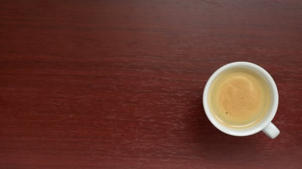 Pohled shora šálek kávy