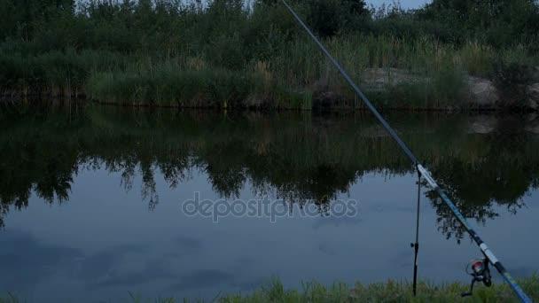 A tó az éjszakai halászat