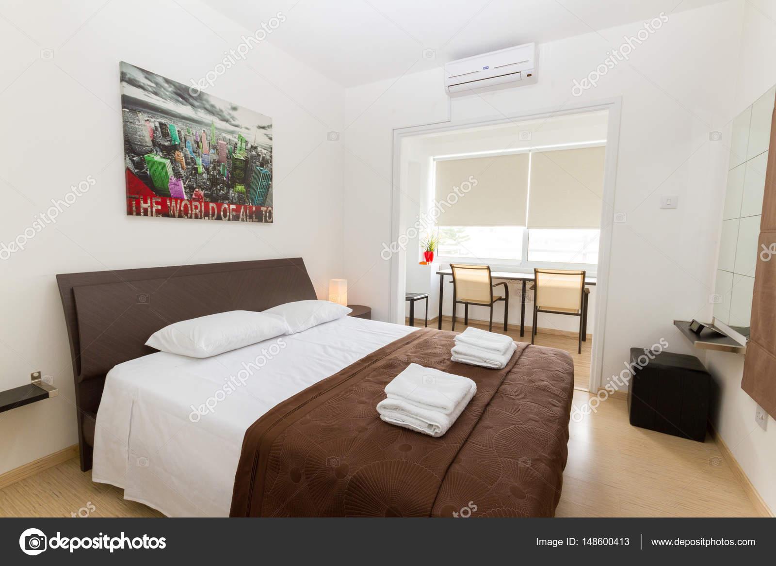 Camera da letto moderna nei colori wengè e bianco — Foto Stock ...