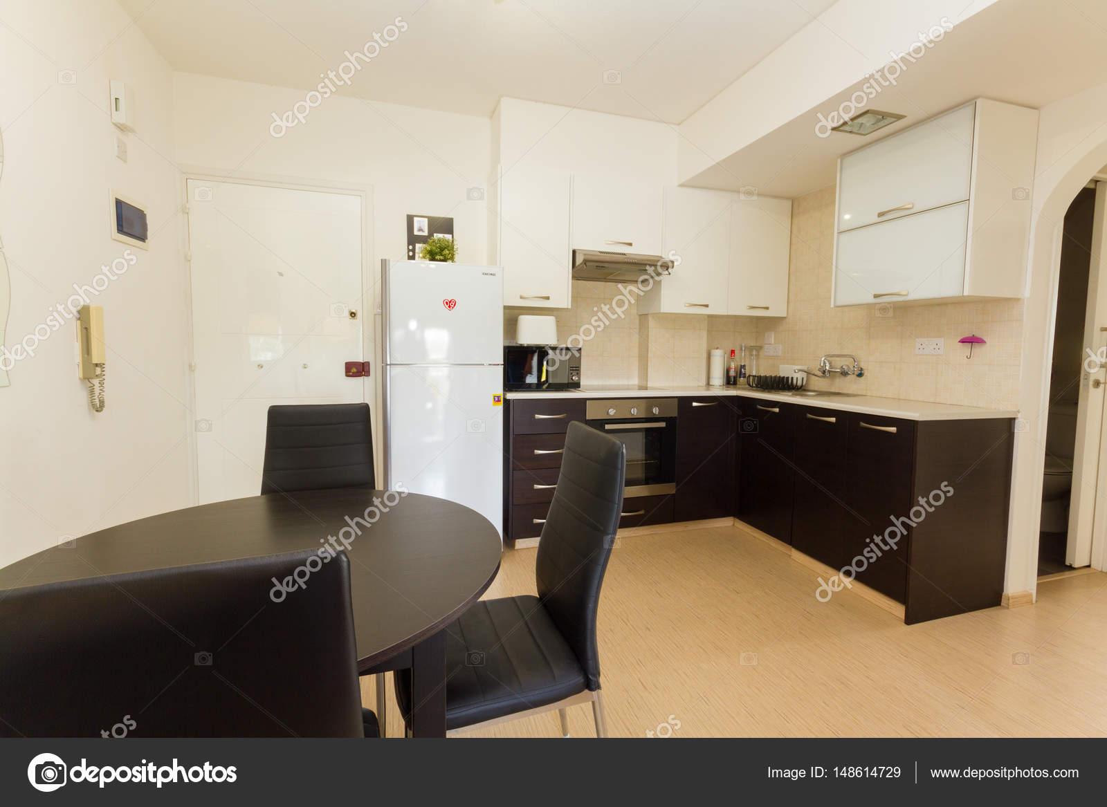 Moderne keuken in wenge en witte kleuren u stockfoto palliki