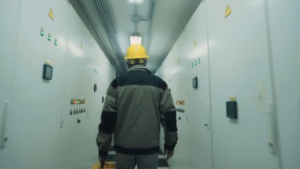 člověk jde do elektrického rozvaděče