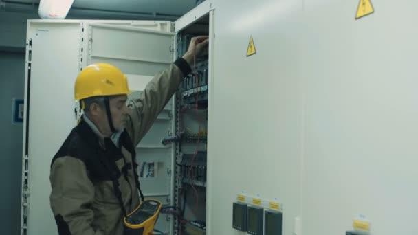 člověk dělá elektrické měřicí zařízení