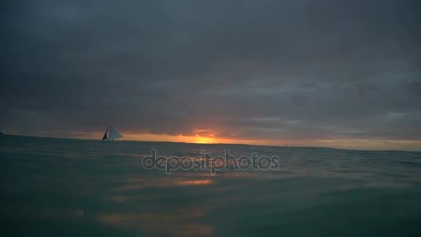Mořské krásné přírodní pozadí. Plachetnice na obzoru při západu slunce v Boracay tropický ostrov podvodní kamera