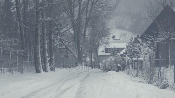 Zasněžené ulice horská města, sněhová kalamita. Zimní krajina s padajícím sněhem. Vše je pokryto čerstvého prášku. Intenzivní atmosféra jako severských detektivů. Zimní Vánoční pozadí