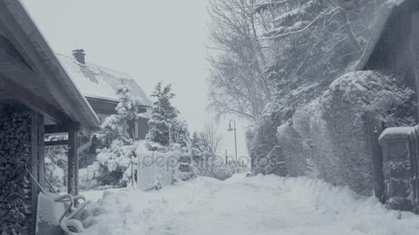 Zasněžené ulice města v horské vesnici sněhová kalamita. Zimní krajina s padajícím sněhem. Vše je pokryto čerstvého prášku. Intenzivní atmosféra jako severských detektivů. Zimní Vánoční pozadí