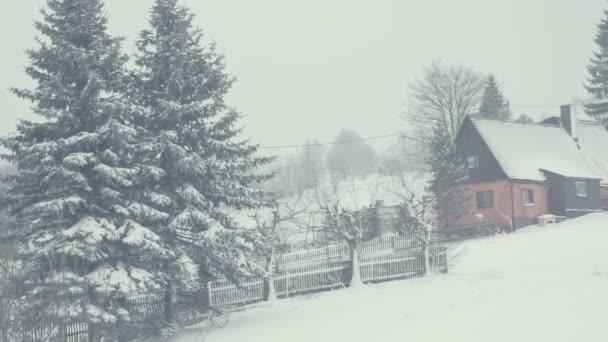 Zasněžené ulice města v horské vesnici sněhová kalamita. Zimní krajina s padajícím sněhem. Vše je kryté, čerstvé prášek. Intenzivní atmosféra jako severských detektivů. Zimní Vánoční pozadí