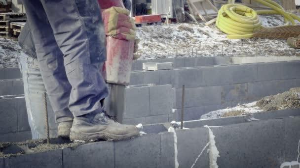 Casting szivattyú konkrét alapítványok családi ház részlete. Betonpumpa, ég a háttérben. A munkavállalók építési telek, Földmunkák. Nap v-log lövés.