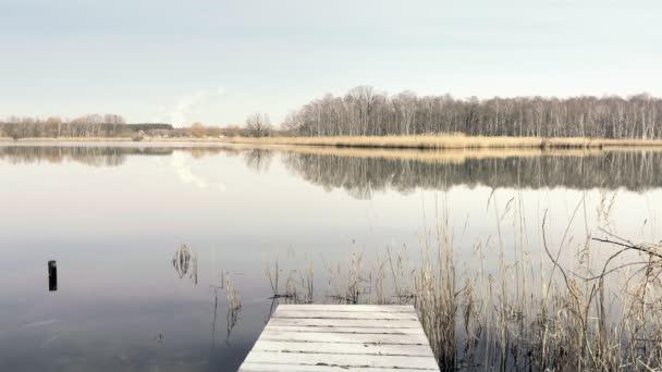 Fából készült kis rakpart, a gyönyörű tó. Halászati pier tiszta tó természetvédelmi park. Szép napos Tavasz, pihentető környezetet, a mole. A központ sorban összetétele, felszíni víz Jetty
