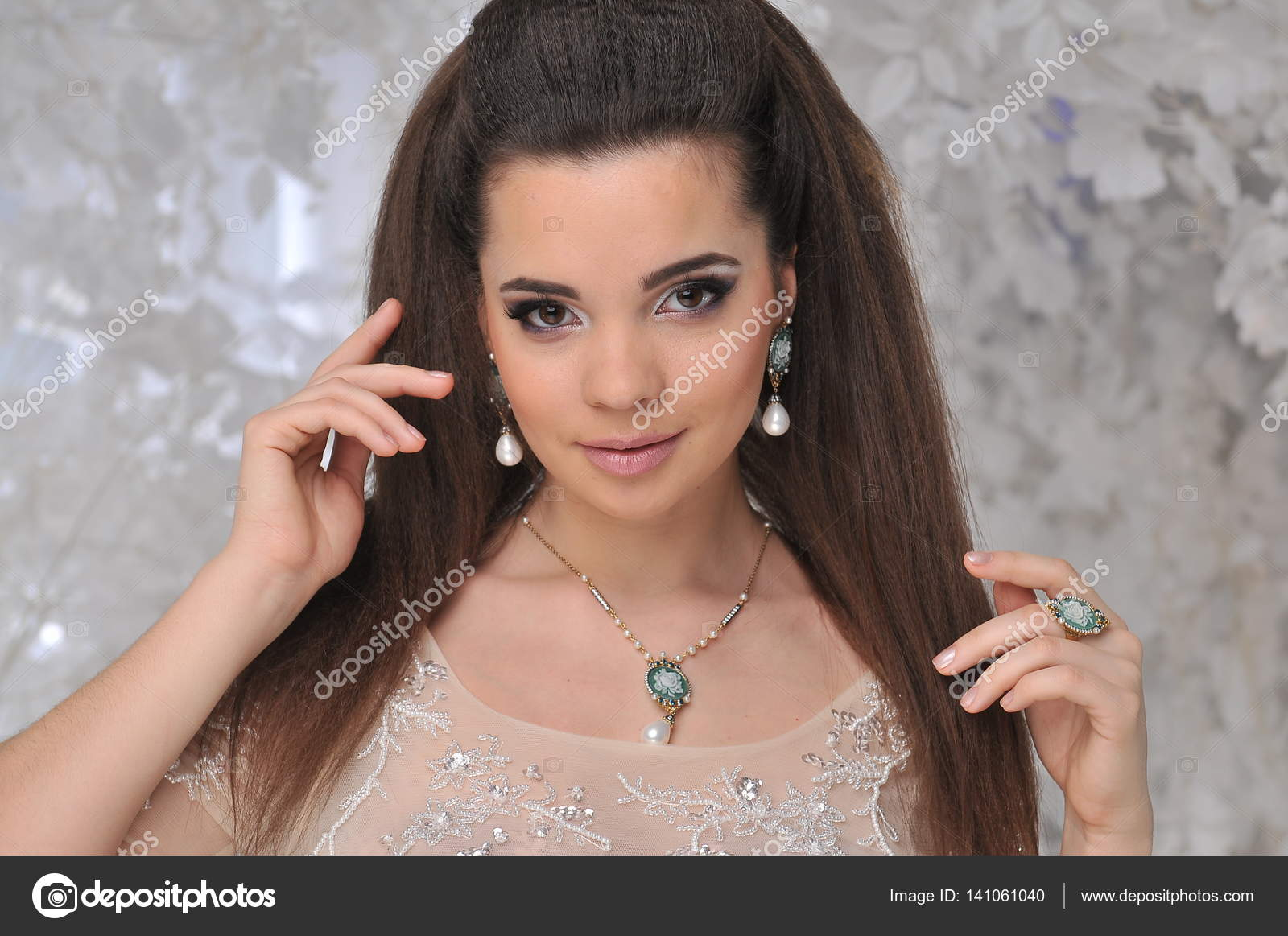Фото девушек красивых брюнеток у дерева #7