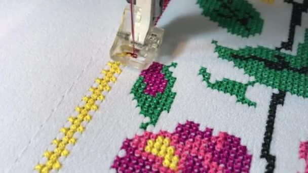 Cruz de flores patrón de bordado la máquina del bordado en tela blanca–  metraje de stock c41f30d054322