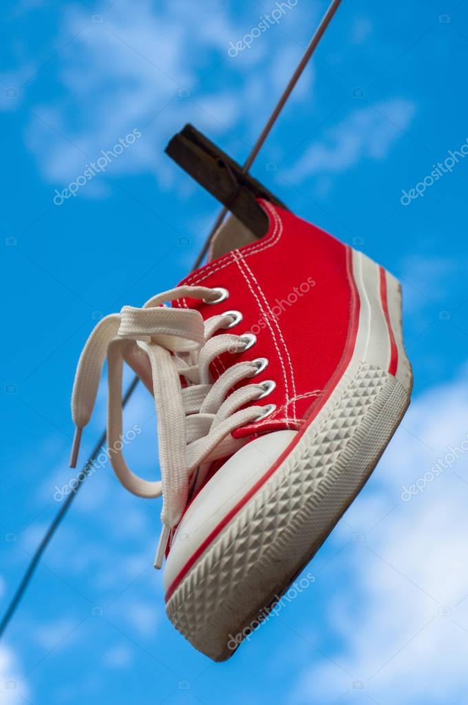 Colgadas Rojo Zapatillas En De Uno Deporte Un Contra Tendedero CxBWrdoe