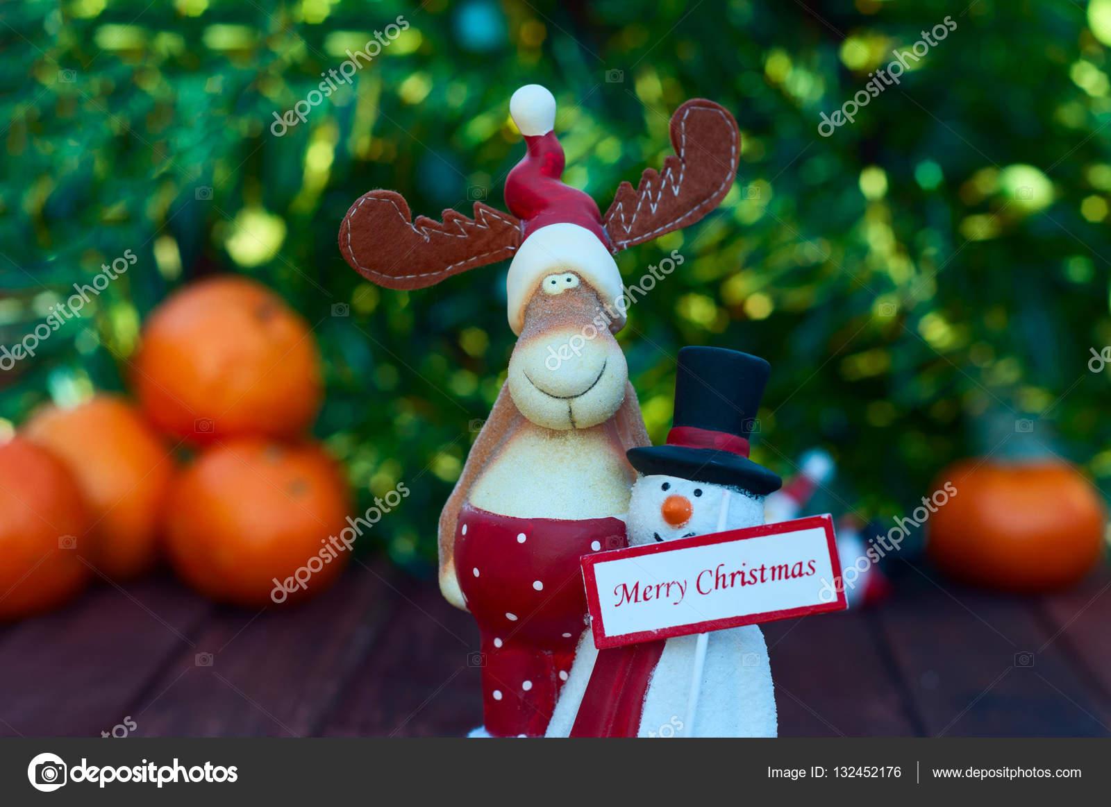 Figure Di Alce Di Natale E Pupazzo Di Neve Con Un Segno Foto Stock