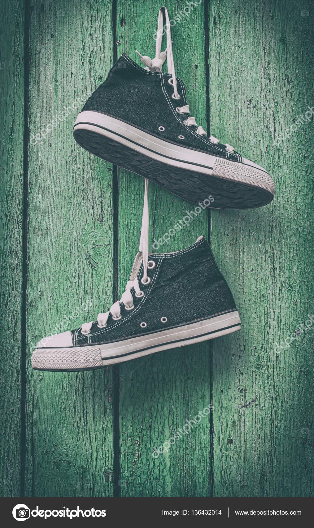 Zapatillas Foto Par Azules Stock Cuelgan De — Cordones Hombres 4qzzRx51