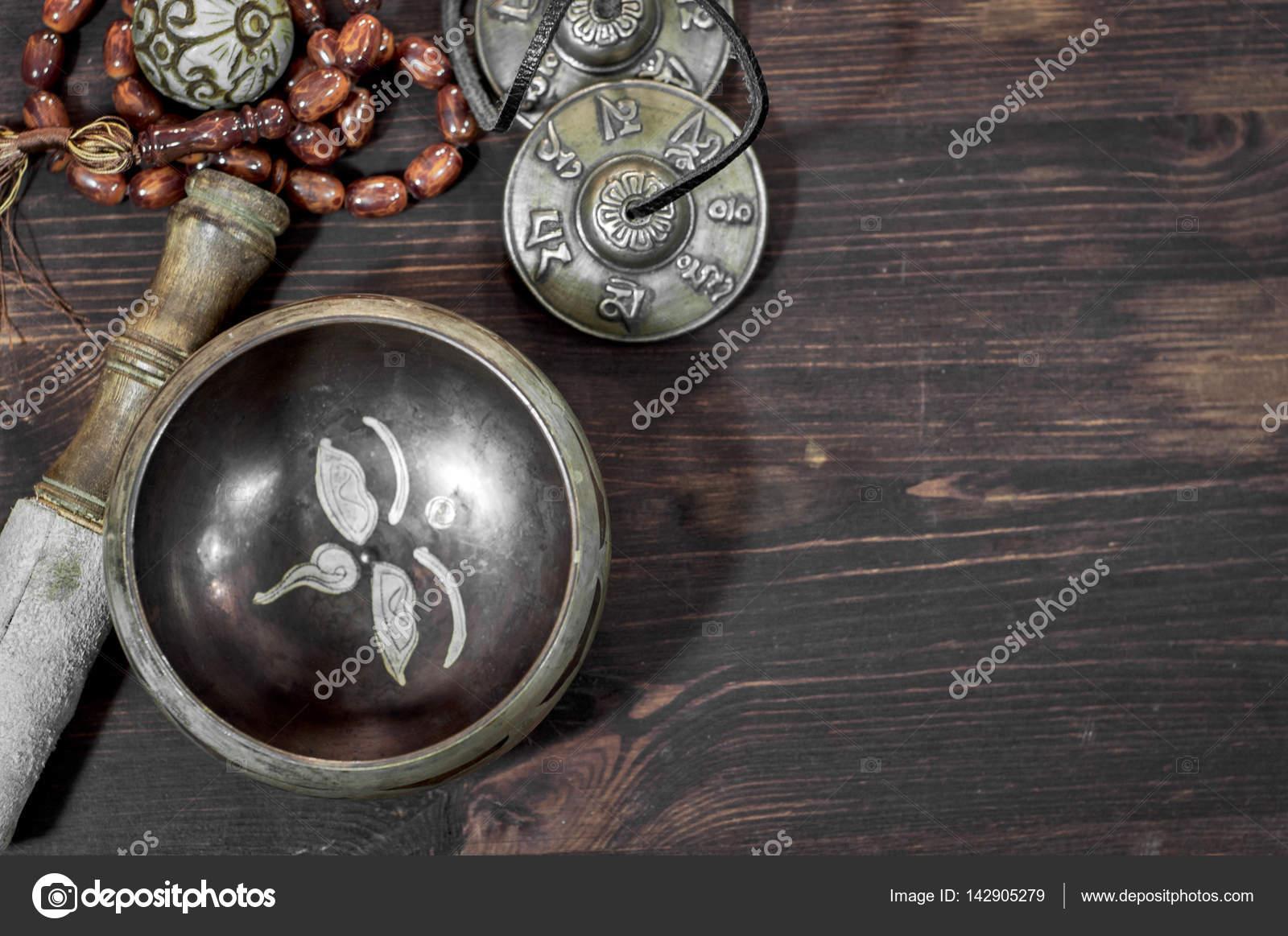 поющие медные чаши на коричневый деревянные поверхности