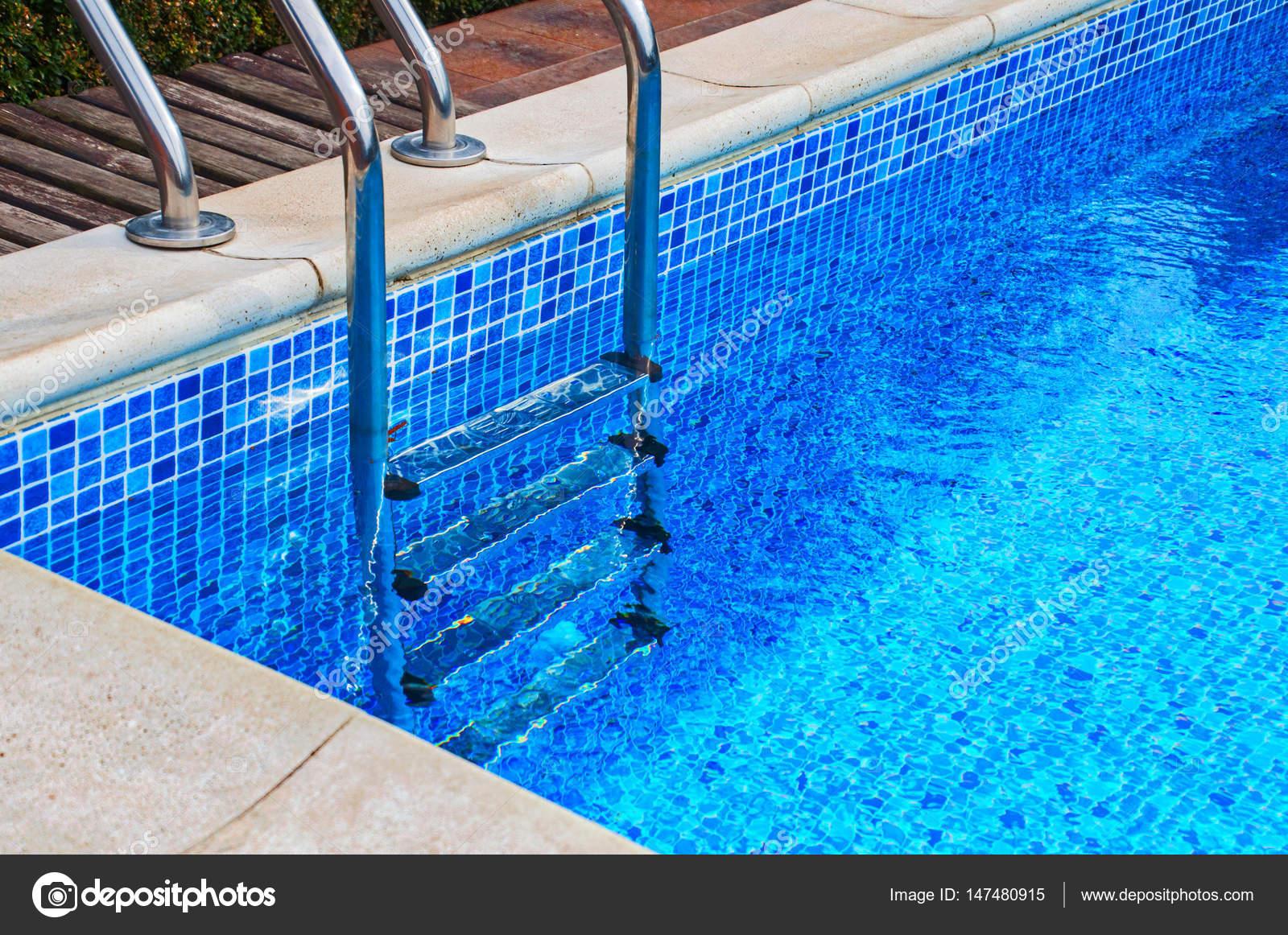 Escalera de hierro en la piscina con azulejos foto de - Azulejos para piscina ...