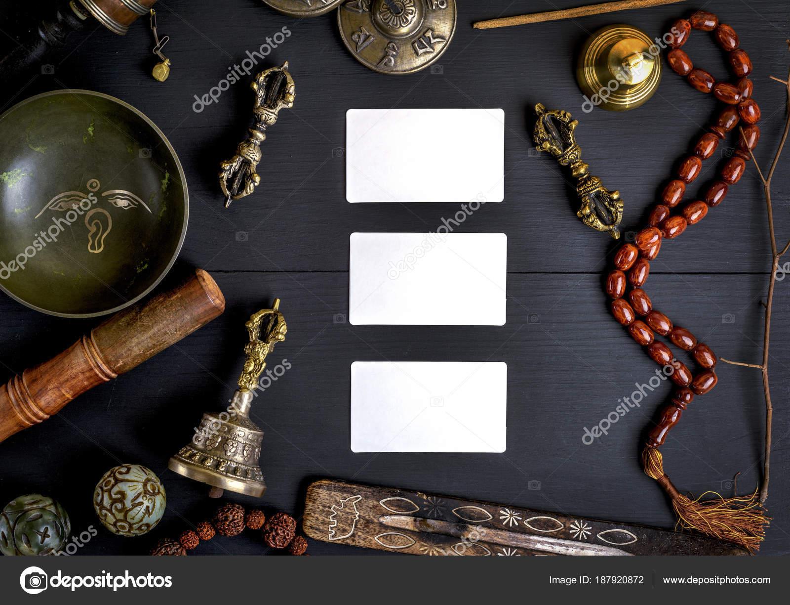 Trois Vider Les Cartes De Visite Blanches Au Milieu Des Objets Religieux Asiatiques Medecine Alternative Et Meditation Sur Un Fond En Bois Noir