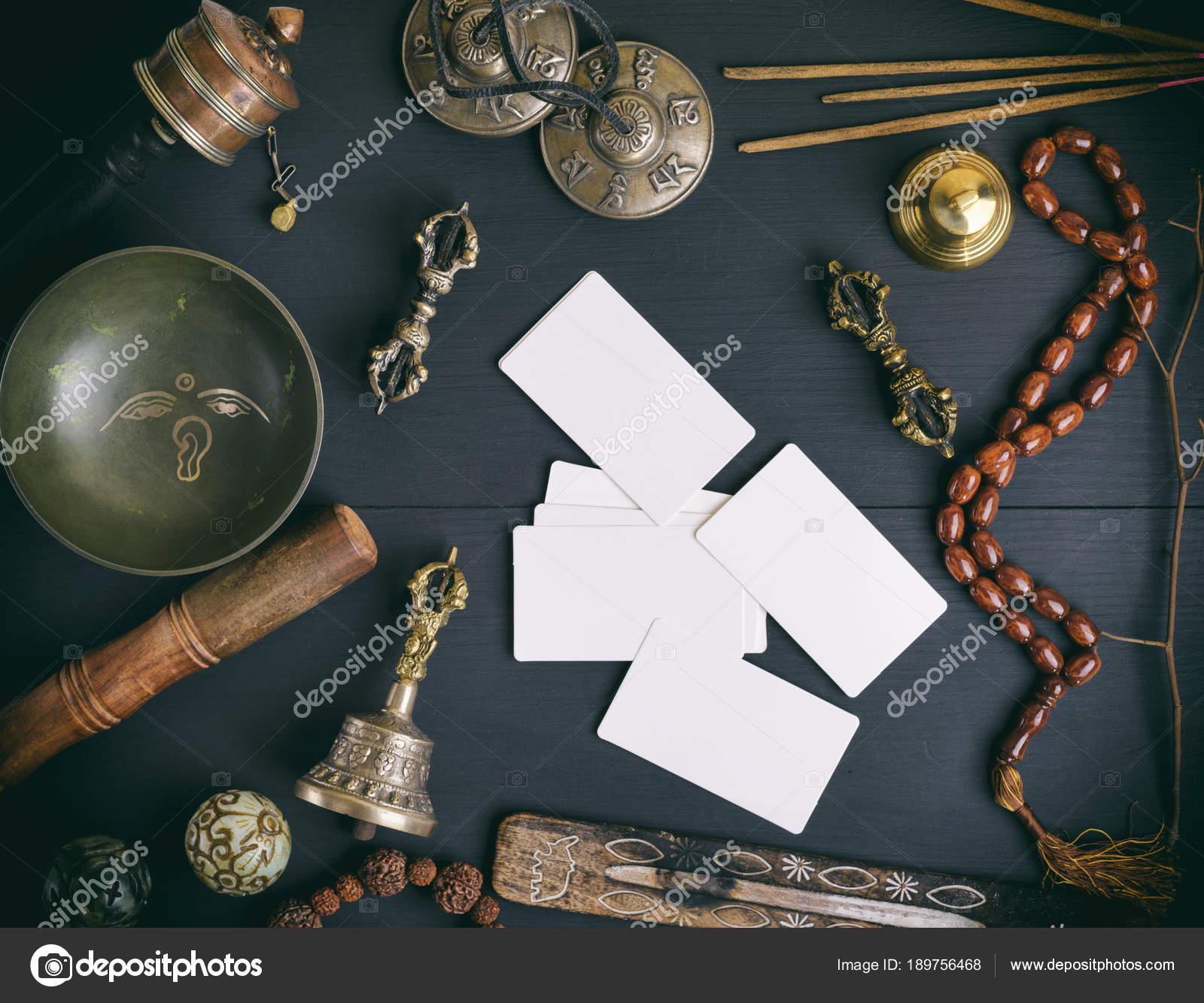 Cartes De Visite Blanches Vides Au Milieu Des Objets Religieux Asiatiques Mdecine Alternative Et Mditation Sur Un Fond En Bois Noir Vue Dessus