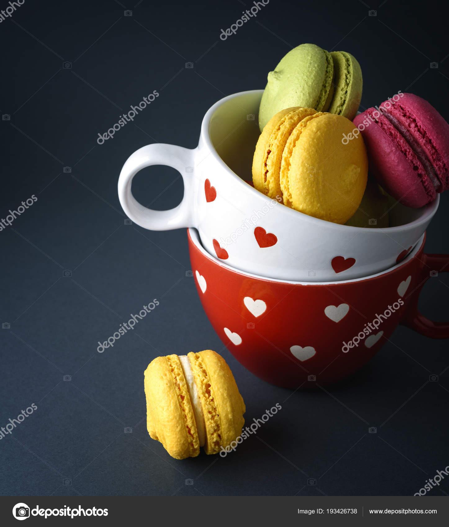 Kuchen Von Mandelmehl Macarons In Eine Weisse Keramik Tasse