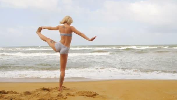 Mädchen praktiziert Yoga und Atmung in der Nähe des indischen Ozeans