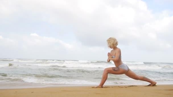 Lány, jóga, és a légzés közelében az Indiai-óceán