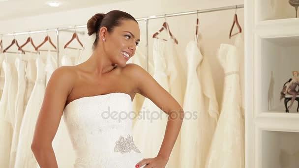 Nők mosolyog az esküvői ruhák, menyasszonyi butik